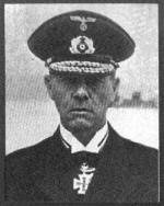 A la izquierda el almirante Günther Lütjens, comandante en jefe de la agrupación. A la derecha ...